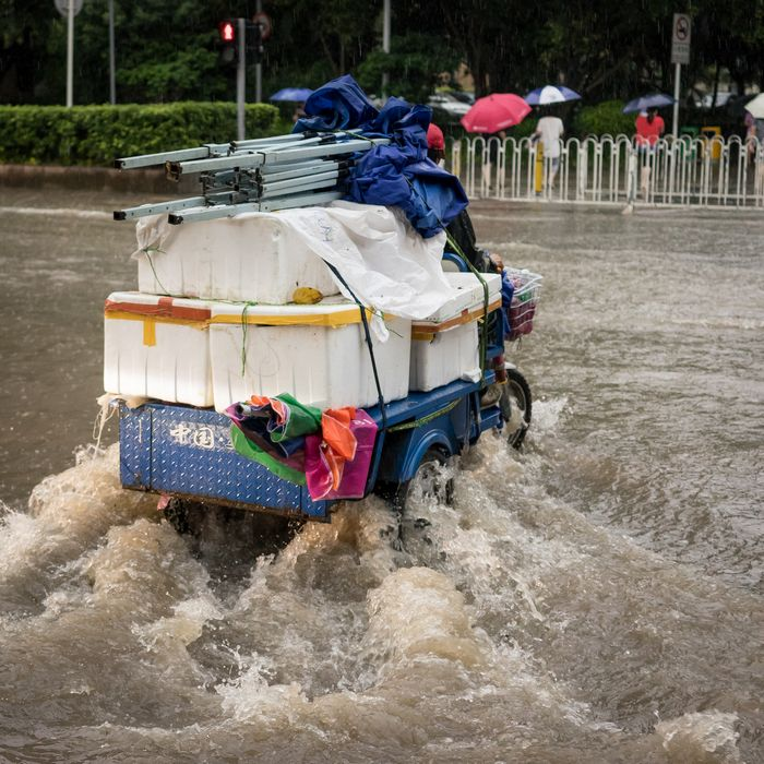 Fully loaded three-wheeled vehicle during Shenzhen flood