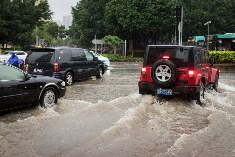 Jeep during a heavy downpour in Shenzhen